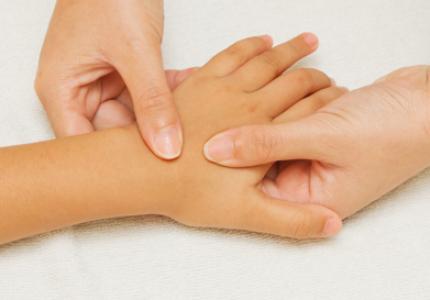 Massage de la main enfant